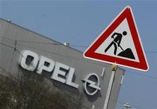 """Les récents propos du ministre de l'Economie Pierre Moscovici, selon lequel """"il faudra sans doute aller plus loin"""" pour faire face à la crise sévère que subit PSA, alimentent des spéculations sur un appui de l'Etat à la création d'un nouveau champion européen pour contrer Volkswagen. Des sources proches du dossier laissent entendre que la France militerait pour un rachat d'Opel par PSA Peugeot Citroën, seul moyen selon Paris d'assurer l'avenir du groupe automobile français. /Photo prise le 23 mars 2012/REUTERS/Ina Fassbender"""