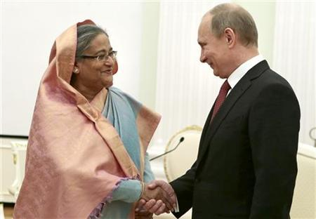 Russian President Vladimir Putin (R) shakes hands with Bangladesh Prime Minister Sheikh Hasina during their meeting in Moscow's Kremlin January 15, 2013. REUTERS/Mikhail Metzel/Pool