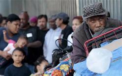 Pessoas aguardam na fila que dobra o quarteirão por uma refeição de Ação de Graças servida para pessoas carentes e sem teto em Los Angeles, em novembro de 2012.O número de famílias que enfrentam a pobreza apesar de terem emprego continuou crescendo nos EUA em 2011. 21/11/2012 REUTERS/Jason Redmond