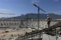 Imagen de archivo de unos trabajadores durante las obras de renovación del estadio Maracaná en Río de Janeiro, dic 8 2012. La selección de fútbol de Brasil enfrentará a la de Inglaterra en la reapertura del estadio Maracaná el 2 de junio, tras una reforma para la Copa del Mundo de 2014, anunció el martes la Confederación Brasileña de Fútbol (CBF). REUTERS/Gary Hershorn