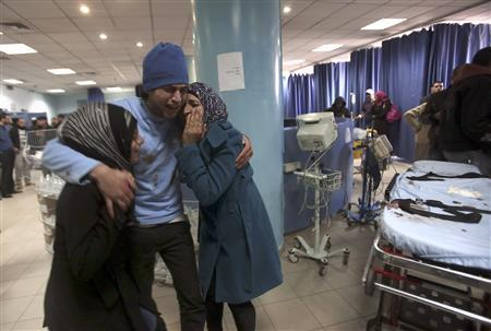 Family members of a Palestinian youth, who was killed by Israeli troops, react at the hospital in the West Bank city of Ramallah January 15, 2013. REUTERS/Mohamad Torokman