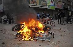 Unas motocicletas quemadas por partidarios del Partido del Pueblo de Pakistán a modo de protesta por la detención del primer ministro Raja Pervez Ashraf en Larkana, Pakistán, ene 15 2013. La Corte Suprema de Pakistán ordenó la detención del primer ministro del país en relación con un supuesto escándalo de corrupción, lo que incrementa la presión sobre un Gobierno sumido en una confrontación con un clérigo que tiene antecedentes de lazos con el Ejército. REUTERS/Stringer