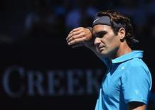 El tenista Suizo Roger Federer durante su encuentro frente al francés Benoit Paire por el Abierto de Australia en Melbourne, ene 15 2013. Los tenistas Roger Federer, Juan Martín del Potro y Andy Murray avanzaron el martes a la segunda ronda del Abierto de Australia, en una jornada en la que se despidió del torneo el brasileño Thomaz Bellucci, preclasificado número 29. REUTERS/Toby Melville