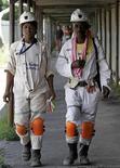 Unos mineros caminan tras terminar su turno en la mina Khuseleka de Anglo American Platinum en Rustenburg, Sudáfrica, ene 15 2013. Anglo American Platinum, la mayor productora mundial de platino, dijo que suspenderá dos operaciones en Sudáfrica y se desprenderá de una tercera, en un plan que incluye recortar 14.000 empleos y que amenaza con desatar huelgas como las del año pasado donde murieron unas 50 personas. REUTERS/Siphiwe Sibeko