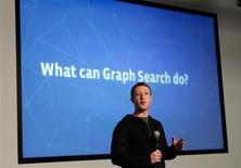 """Mark Zuckerberg, el consejero delegado de Facebook, dijo el martes que la nueva herramienta de búsqueda de la red social número uno del mundo se centrará inicialmente en ayudar a los usuarios a filtrar las fotografías, personas, lugares y otros contenidos que hayan sido compartidos. En al imagen, Zuckerberg presenta una nueva función llamada """"Graph Search"""" en una rueda de prensa en la sede de la empresa en Menlo Park, California, el 15 de enero de 2013. REUTERS/Robert Galbraith"""
