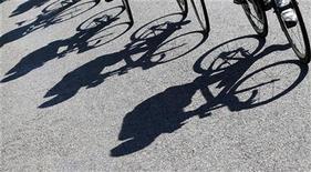Dick Pound, membre du Comité international olympique, a déclaré que le cyclisme pourrait être supprimé du programme des Jeux olympiques si Lance Armstrong déclarait qu'il avait été couvert par l'Union cycliste internationale lorsqu'il se dopait. /Photo d'archives/REUTERS/Bogdan Cristel