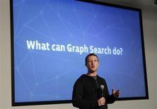 """Le fondateur et directeur général de Facebook Mark Zuckerberg a dévoilé mardi """"Graph Search"""" un moteur de recherches qui permettra à ses utilisateurs de lancer des requêtes sur des personnes ou des lieux au sein du réseau social. /Photo prise le 15 janvier 2013/REUTERS/Robert Galbraith"""