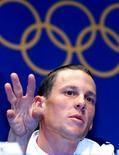 El ciclismo podría quedar fuera del programa olímpico si Lance Armstrong implica al organismo que rige el deporte en el encubrimiento de un extendido programa de dopaje, dijo el martes a Reuters Dick Pound, miembro del Comité Olímpico Internacional (COI). En esta imagen de archivo, el ciclista estadounidense Lance Armstrong en una rueda de prensa durante los Juegos Olímpicos del año 2000 en Sídney, el 19 de septiembre de 2000. REUTERS/Eric Gaillard/Files