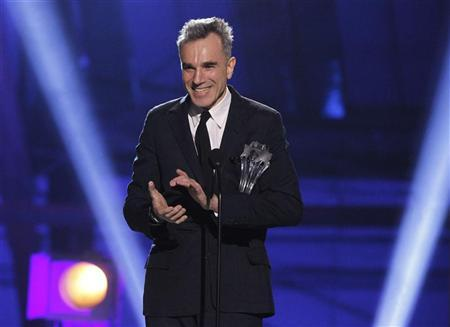 Daniel Day-Lewis accepts the ''Best Actor'' award for ''Lincoln'' at the 2013 Critics' Choice Awards in Santa Monica, California, January 10, 2013. REUTERS/Mario Anzuoni