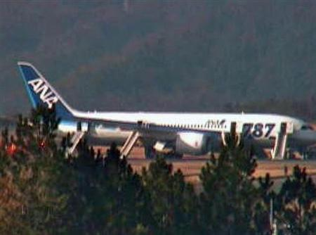 A Boeing 787 operated by All Nippon Airways Co is seen after it made an emergency landing at Takamatsu airport in western Japan in this still image taken from video by Shikoku Shimbun January 16, 2013. REUTERS/Shikoku Shimbun