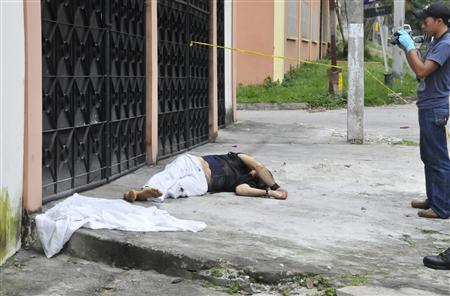 The body of British tourist Kaya Omer lies on a sidewalk in San Pedro Sula January 15, 2013. REUTERS/Stringer