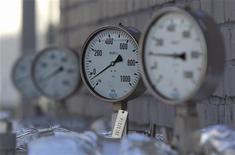 Датчики на НПЗ Роснефти в Москве 20 сентября 2012 года. Крупнейший в мире производитель газа Газпром снизил в 2012 году коэффициент восполнения запасов по российским стандартам на фоне сокращения как общей добычи, так и высокомаржинального экспорта в Европу, приносящего концерну существенную долю доходов. REUTERS/Maxim Shemetov