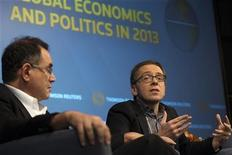 Председатель Roubini Global Economics Нуриэль Рубини (слева) и президент Eurasia Group Иэн Бреммер выступают на мероприятии Thomson Reuters Newsmaker в Нью-Йорке 14 января 2013 года. Политическая нестабильность в развивающихся странах, возглавляемых Китаем, будет одним из крупнейших рисков для рынков в 2013 году, считает Иэн Бреммер. REUTERS/Keith Bedford