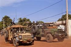 Militaires français à Markala, au Mali. Jean-Yves Le Drian, le ministre de la Défense, a annoncé mercredi que des forces terrestres françaises étaient en train de remonter vers le nord du Mali. /Photo prise le 15 janvier 2013/REUTERS/Francois Rihouay