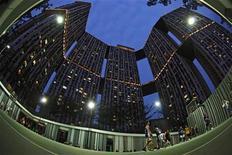 La frustrante lentitud en la recuperación de los países desarrollados está frenando la economía mundial, dijo el martes el Banco Mundial, al recortar con fuerza sus pronósticos de crecimiento de la economía mundial en 2013. En la imagen del 15 de enero, unas personas juegan al baloncesto en el recinto de edificios Pinnacle@Duxton de Singapur. REUTERS/Edgar Su