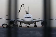 Dos de las principales aerolíneas de Japón dejaron el miércoles en tierra su flota de aviones 787 Dreamliner de Boeing después de uno de ellos realizara un aterrizaje de emergencia, aumentando las preocupaciones de seguridad sobre un modelo que muchos ven como el futuro de la aviación comercial. En la imagen, un 787 Dreamliner en el aeropuerto de Haneda en Tokio el 16 de enero de 2013. REUTERS/Toru Hanai