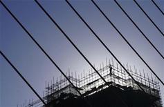 La Banque mondiale a très nettement réduit ses prévisions de croissance mondiale pour 2013, invoquant des performances médiocres à attendre en provenance des pays développés. /Photo d'archives/REUTERS