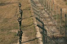 Soldati indiani nella zona di confine del Kashmir REUTERS/Mukesh Gupta