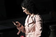 Telefónica lideró la captación de clientes de banda ancha en noviembre tras la implementación de sus nuevos planes de descuento para las conexiones rápidas a Internet, según datos presentados el miércoles por la Comisión del Mercado de las Telecomunicaciones (CMT). En la imagen, una mujer mira su móvil en una fotografía de archivo. REUTERS/Natalie Behring