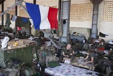 """Soldats français sur la base aérienne militaire de Bamako. Jean-François Copé, qui soutient l'intervention militaire française au Mali, s'est inquiété mercredi de la """"solitude"""" de la France dans cette opération. /Photo prise le 14 janvier 2013/REUTERS/Joe Penney"""