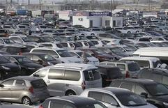 La demanda de vehículos nuevos en Europa cayó a su nivel más bajo registrado desde 1995, cerrando un año cargado de fuertes caídas en las principales economías de la zona euro. En la imagen, decenas de coches en exhibición en un mercado de coches en Krasnoyarsk el 15 de enero de 2013. REUTERS/Ilya Naymushin
