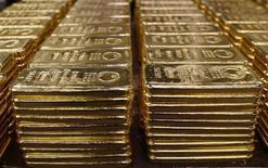 250-граммовые слитки золота на аффинажном заводе Argor-Heraeus SA в швейцарском городе Мендризио 13 ноября 2008 года. Цены на золото снижаются на фоне недостатка ликвидности, а платина опустилась с трехмесячного максимума на фоне забастовки рабочих крупного производителя драгметалла Anglo American Platinum. REUTERS/Arnd Wiegmann