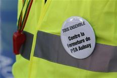 A la veille de la reprise des négociations entre les syndicats et la direction, quelque 300 salariés de l'usine PSA Peugeot-Citroën d'Aulnay-sous-Bois (Seine-Saint-Denis) ont débrayé mercredi pour protester contre les mesures d'accompagnement du plan social proposées par la direction, a-t-on appris de source syndicale. /Photo d'archives/REUTERS/Christian Hartmann