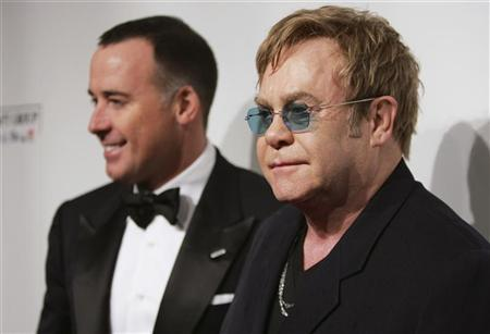 Musician Elton John (R) and his partner David Furnish arrive for the Elton John Aids Foundation charity event ''An Enduring Vision 2012'' in New York October 15, 2012. REUTERS/Carlo Allegri