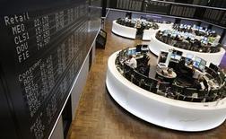 Помещение Франкфуртской фондовой биржи 7 ноября 2012 года. Европейские акции снижаются, так как инвесторы продолжают фиксировать прибыль после роста рынков до многомесячных максимумов. REUTERS/Lisi Niesner