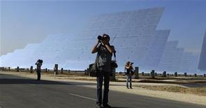 """El ministro de Industria, José Manuel Soria, dijo el miércoles que la nueva reforma que está planteando su ministerio no contempla un recorte de primas a la energía solar. En la imagen, varios fotógrafos en la inauguración de la planta """"Gemasolar"""" en Fuentes de Andalucía el 4 de octubre de 2011. REUTERS/Marcelo del Pozo"""