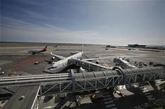 L'aéroport de Nice. Le trafic des aéroports français devrait avoir progressé de 3% en 2012, à environ 168 millions de passagers, marquant une décélération comparé au rythme de 6,3% de 2011, selon l'Union des aéroports français (UAF). /Photo prise le 21 mars 2012/REUTERS/Eric Gaillard