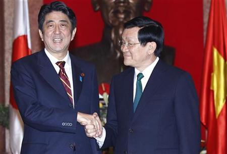 Japan's Prime Minister Shinzo Abe (L) poses for a photo with Vietnam's President Truong Tan Sang at the Presidential Palace in Hanoi January 16, 2013. REUTERS/Luong Thai Linh/Pool
