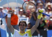 El tenista español David Ferrer necesitó cinco puntos de partido para imponerse al estadounidense Tim Smyczek, por 6-0, 7-5, 4-6 y 6-3, y alcanzar la tercera ronda del Abierto de Australia el miércoles. En la imagen, de 16 de enero, el tenista valenciano David Ferrer celebra su victoria ante Tim Smyczek en segunda ronda del Abierto de Australia. REUTERS/Damir Sagolj