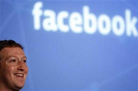 Facebook CEO Mark Zuckerberg smiles while introducing a new feature called ''Graph Search'' during a media event at Facebook headquarters in Menlo Park, California January 15, 2013. REUTERS/Robert Galbraith