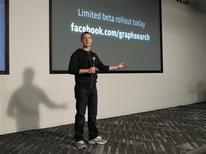 """Le fondateur et directeur général de Facebook Mark Zuckerberg a dévoilé mardi """"Graph Search"""" un moteur de recherches qui permettra à ses utilisateurs de lancer des requêtes sur des personnes ou des lieux au sein du réseau social, une initiative qui devrait accroître la concurrence avec des sites de publication d'avis de consommateurs comme Yelp et même potentiellement à terme avec Google. /Photo prise le 15 janvier 2013/REUTERS/Robert Galbraith"""