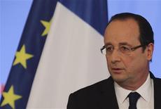 François Hollande a assumé mercredi l'opération de libération avortée d'un agent des services secrets en Somalie, expliquant que la France envoyait ainsi un signal aux ravisseurs et que tous les contacts étaient pris pour libérer les autres otages. /Photo prise le 16 janvier 2013/REUTERS/Philippe Wojazer