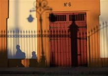 La llegada de turistas extranjeros a España creció un tres por ciento durante 2012 hasta rozar los 58 millones de visitantes, una tendencia al alza que el Gobierno cree que se mantendrá en 2013, sin aventurar cifras. En la imagen, la sombra de varios turistas en la fachada de La Maestranza de Sevilla el 4 de enero de 2013. REUTERS/Marcelo del Pozo