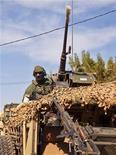 Un soldado de un cuerpo de élite de fuerzas especiales en el pueblo de Markala, Mali, ene 15 2013. Francia lanzó el miércoles su primera operación militar terrestre en Mali para desalojar a grupos de combatientes islamistas ligados a Al Qaeda, que llevan seis días resistiendo ataques aéreos. REUTERS/Francois Rihouay