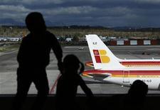 Iberia y los representantes sindicales de su plantilla acordaron prolongar las negociaciones del plan de viabilidad hasta finales de mes sin que de momento se produzcan nuevas movilizaciones, según una fuente sindical. En la imagen, niños mirando aviones de Iberia en el aeropuerto de Barajas en madrid, el 29 de noviembre de 2012. REUTERS/Susana Vera