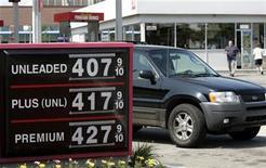 Foto de archivo de los precios de los combustibles en una gasolinera de Royal Oak, EEUU, jun 9 2008. El índice de precios al consumidor (IPC) de Estados Unidos se mantuvo plano en diciembre, en una señal de que las presiones inflacionarias son tenues y podrían crear el marco necesario para que la Reserva Federal impulse a la economía manteniendo su política monetaria ultraexpansiva. REUTERS/Rebecca Cook