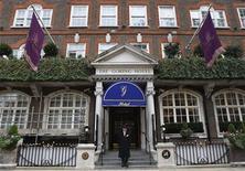 Vista da fachada do Goring Hotel em abril de 2011, em Londres. A rainha Elizabeth concedeu garantia real para o hotel de Londres de propriedade familiar que conquistou a atenção de quase dois bilhões de pessoas em todo o mundo quando Kate Middleton saiu de suas portas em seu caminho para se casar com o príncipe William. 15/04/2011 REUTERS/Luke MacGregor