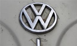Símbolo da Volkswagen é visto em veículo em Varsóvia. O Tribunal de Justiça do Rio Grande do Sul (TJ-RS) suspendeu, na noite de terça-feira, a liminar que determinava à montadora o recall de 400 mil veículos FOX, Voyage e Novo Gol anos 2009/2010 para verificação de desgaste prematuro do motor. 26/12/2012 REUTERS/Kacper Pempel