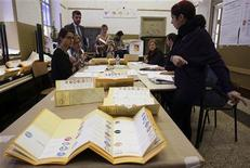 Un seggio elettorale a Palermo in una immagine di archivio. REUTERS/Massimo Barbanera