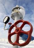 Вентиль газокомпрессорной станции в деревне Боярка на Украине 19 декабря 2012 года. Украина, стремящаяся снизить зависимость от импорта дорожающего российского газа, приблизилась к реализации $10-миллиардного проекта добычи сланцевого газа, согласовав в среду проект соглашения о разделе продукции с Royal Dutch Shell. REUTERS/Anatolii Stepanov