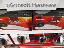 Imagen de archivo de artículos para computadoras en una tienda minorista de Microsoft en San Diego, EEUU, ene 18 2012. Los presupuestos corporativos en gasto tecnológico se prevé que caerán un 0,5 por ciento en el 2013 desde los niveles del año pasado, en un momento en el que las compañías parecen recortar costos en medio de las preocupaciones sobre la economía, según un sondeo de Gartner Research. REUTERS/Mike Blake