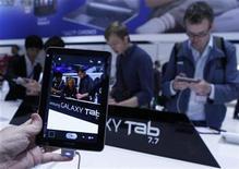 Imagen de archivo de la tableta Samsung Galaxy 7.7 durante un día para la prensa en la Feria de Consumo Electrónico en Berlín, sep 1 2011. Un tribunal holandés determinó que algunas tabletas Galaxy de Samsung Electronics no infringen el diseño de Apple, tomando como base fallos de cortes británicas. REUTERS/Thomas Peter
