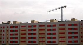 La vivienda de segunda mano acumula un descenso de precio del 36 por ciento en España durante la crisis, dijo el martes el portal inmobiliario fotocasa.es. En la imagen, una grúa sobre un edificio en Getafe, a las afueras de Madrid, el 21 de noviembre de 2012. REUTERS/Sergio Pérez