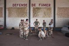 Militaires français sur une base de l'armée de l'air malienne à Bamako, lundi. L'engagement de la France au Mali, sur les fronts militaire puis politique, risque de durer plusieurs années, un scénario à même de fragiliser le soutien de la classe politique et de l'opinion, selon des analystes. /Photo prise le 14 janvier 2013/REUTERS/Joe Penney