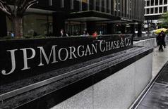 """Foto de archivo de la entrada a la central de JPMorgan Chase en Park Avenue, EEUU, oct 2 2012. El directorio de JPMorgan Chase & Co, el mayor banco de Estados Unidos, recortó a la mitad el bono del presidente ejecutivo Jamie Dimon tras una investigación por la pérdida de 6.200 millones de dólares por operaciones financieras conocidas como """"ballena de Londres"""", dijo el miércoles la compañía. REUTERS/Shannon Stapleton"""