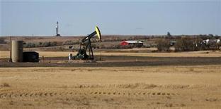 Imagen de archivo de una granja situada entre un pozo petrolero y una plataforma de extracción en Watford, EEUU, oct 20 2012. Los inventarios de petróleo en Estados Unidos cayeron inesperadamente la semana pasada, mientras que los de productos derivados subieron, mostró un informe de la gubernamental Administración de Información de Energía (EIA por su sigla en inglés). REUTERS/Jim Urquhart